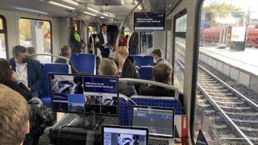 Vollgestopft mit Technik und ITS-Messegästen präsentiert die S-Bahn derzeit auf der Strecke nach Bergedorf das halb- und vollautomatische Fahren.