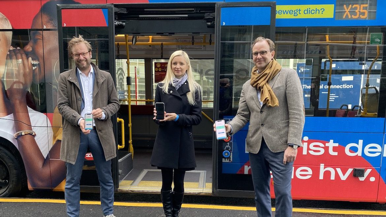 "Verkehrssenator Anjes Tjarks (Grüne), HVV-Chefin Anna-Theresa Korbutt und Hochbahn-Chef Henrik Falk bei der Präsentation von ""hvv any""."