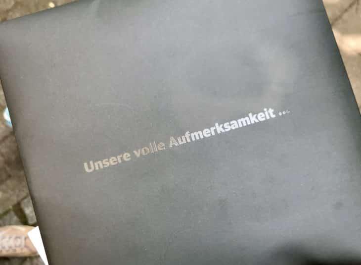 Die BahnCard 100 wird in einem schwarzen Brief-Couvert geliefert