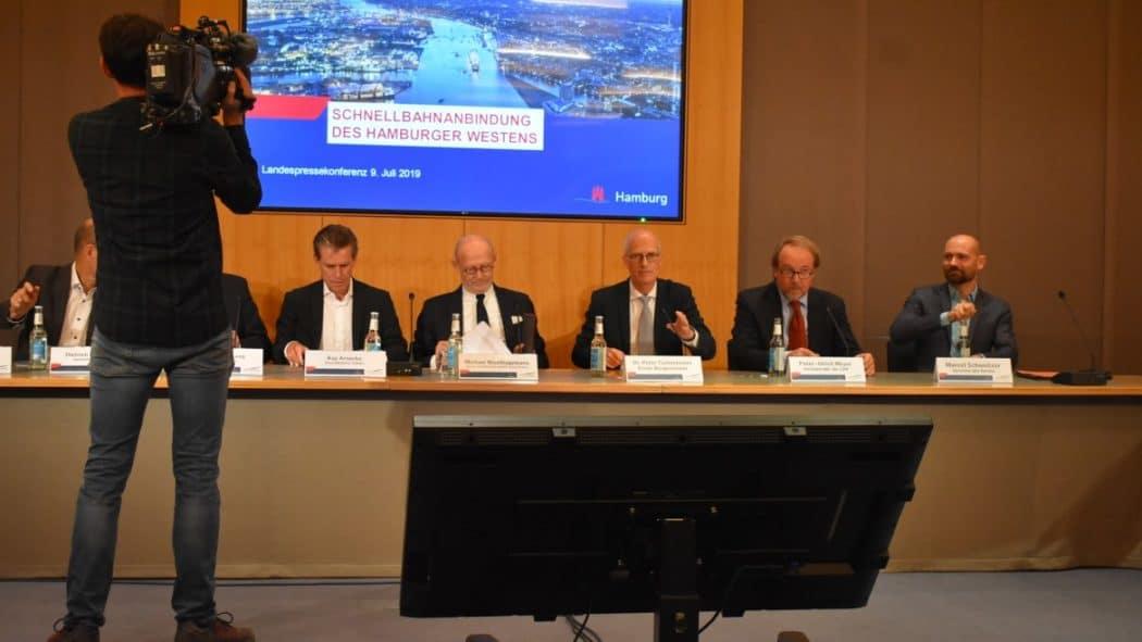 Bürgermeister Peter Tschentscher präsentiert die Pläne für den Bahnanschluss von Osdorf