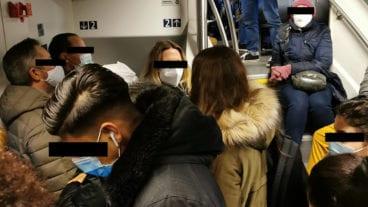 Menschen standen am Donnerstagmorgen dicht gedrängt in einem Regionalzug im HVV