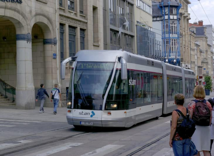 Ein Spurbus im französischen Nancy mit nur einer Führungsschiene im Boden