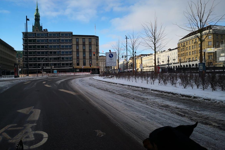 Unbefahrbare Radspur auf dem Ballindamm in Hamburg