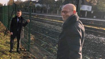 S-Bahn Hamburg-Chef Kay Uwe Arnecke (li.) und Verkehrssenator Michael Westhagemann besuchen eine Zaun-Baustelle in Bergedorf