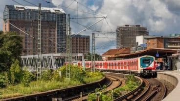 Ein S-Bahn-Fahrzeug der Baureihe 472 im Retro-Look
