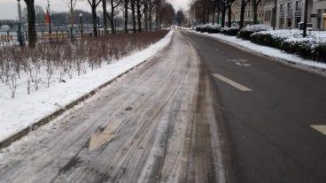 Vereister Radfahrstreifen auf dem Hamburger Ballindamm - drei Tage nach dem ersten Schneefall am 1. Februar 2021
