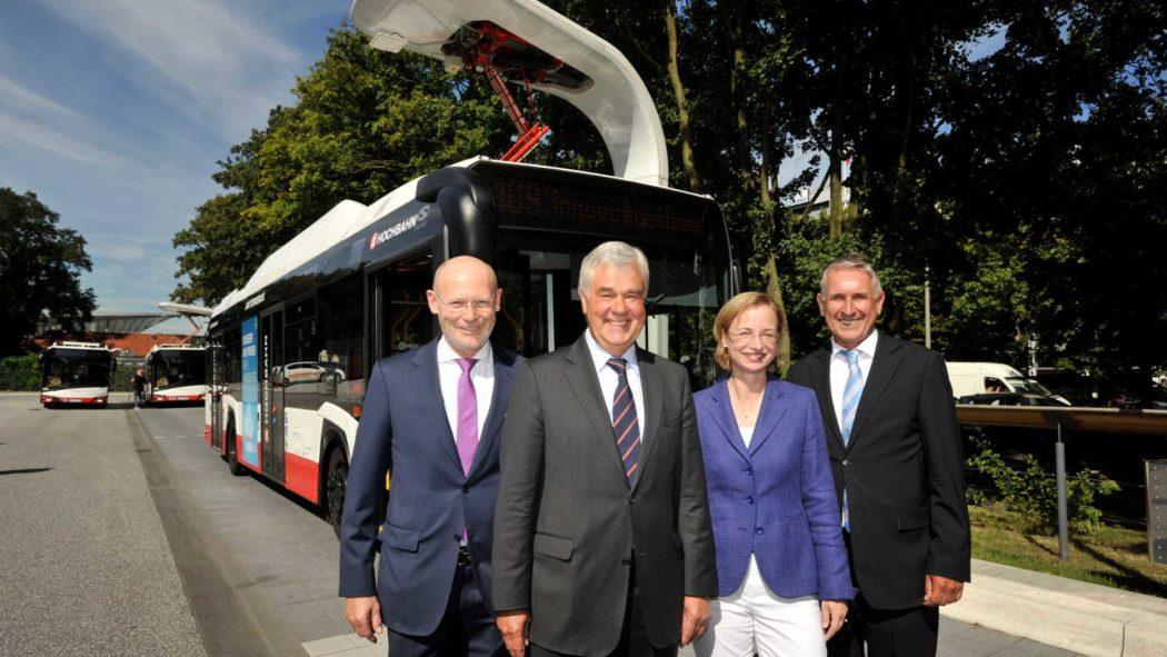 Neuer E-Bus an der Ladestation am ZOB (v. l.): Michael Westhagemann (Siemens), Senator Frank Horch, Hochbahn-Vorstand Ulrike Riedel und Solaris-Chef Andreas Strecker