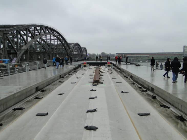 Baustelle der neuen U4-Endhaltestelle Elbbrücken. Die Bahngleise sind noch abgedeckt