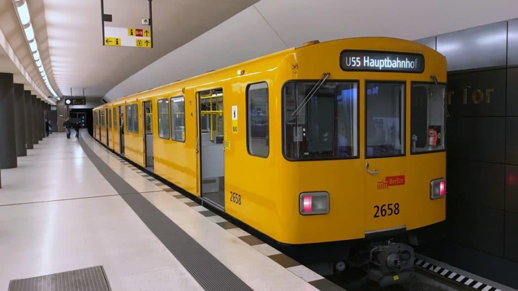 Eine U-Bahn am Berliner Hauptbahnhof