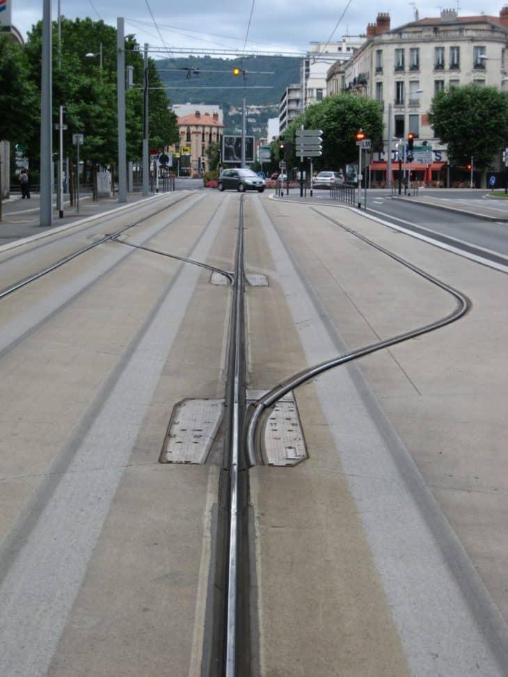 Betonpiste: Eine Spurbusstrecke im französischen Clermont-Ferrand. Gut zu sehen: Durch die Spurführung nutzen die Gummräder der Fahrzeuge den Beton immer an derselben Stelle ab.