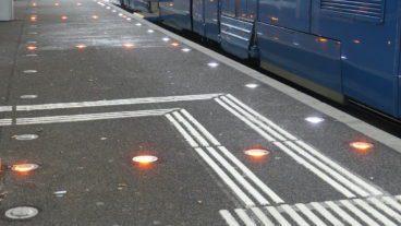 Diese Lichter lenken an einer Tram-Station in Zürich den Fahrgast- und Fahrradverkehr.