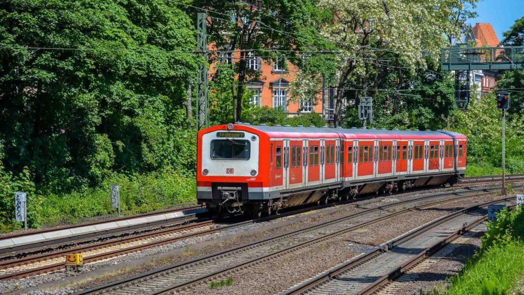 Ein S-Bahnzug der Baureihe 472 auf der Hamburger Verbindungsbahn