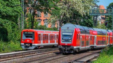 S-Bahn in Hamburg auf der Verbindungsbahn am Dammtor neben Regionalexpress